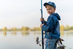 Kind, das auf den Fluss reist Lizenzfreie Stockfotografie
