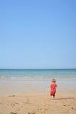 Kind, das auf den Strand läuft Lizenzfreie Stockfotos