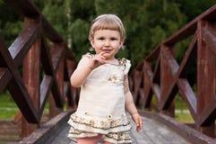 Kind, das auf der Brücke läuft Stockfoto