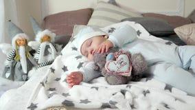 Kind, das auf Eltern ` Bett in einer gemütlichen Atmosphäre im Haus, kleiner Junge schlafend schläft, ein angefülltes Spielzeug,  stock video