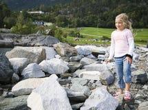 Kind, das auf Felsen spielt Lizenzfreie Stockbilder