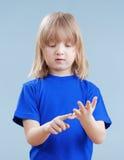 Kind, das auf Fingern zählt Stockbild