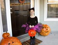Kind, das auf Halloween Trick-oder-behandelt Stockbild