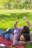 Kind, das auf Rückseite des Mutter spielt Stockfotografie