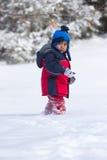 Kind, das auf Schnee geht Stockbilder