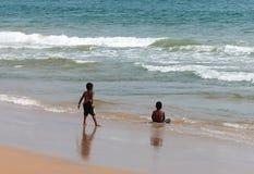 Kind, das auf Seestrand spielt Lizenzfreies Stockfoto