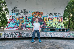 Kind, das auf Stadiumsporträt mit Graffiti lächelt Lizenzfreies Stockbild