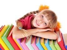 Kind, das auf Stapel des Buches liegt. Lizenzfreies Stockfoto