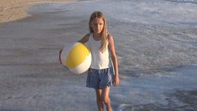 Kind, das auf Strand bei Sonnenuntergang, glückliches Kind geht in Meereswellen-Mädchen auf Küste spielt stock video footage