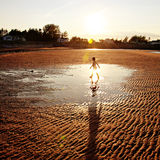 Kind, das auf Strand geht Lizenzfreie Stockbilder