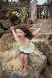 Kind, das auf Strand in Oahu Hawaii spielt Lizenzfreie Stockfotos