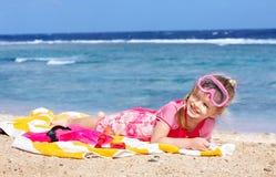 Kind, das auf Strand spielt. Lizenzfreies Stockbild