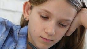 Kind, das auf Tablet, Mädchen schreibt in die Schulklasse, lernend studiert, Hausarbeit tuend stock video footage