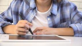 Kind, das auf Tablet, Mädchen schreibt in die Schulklasse, lernend studiert, Hausarbeit tuend stock video