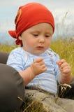 Kind, das auf Wiese spielt stockfoto