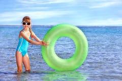 Kind, das aufblasbaren Ring. anhält. Stockfotografie
