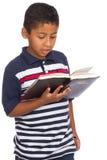 Kind, das aufmerksam Wort Gottes liest Stockbild