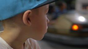 Kind, das Autoskooters im Vergnügungspark betrachtet stock footage