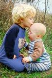 Kind, das Baby-Bruder küsst Stockfotografie