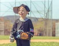 Kind, das Baseball spielt Lizenzfreie Stockbilder