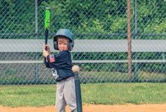 Kind, das Baseball spielt Stockfotografie