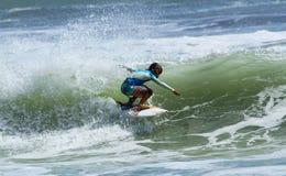 Kind, das bei Bali surft Lizenzfreie Stockfotos