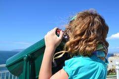Kind, das Binokel verwendet Stockfotos