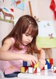 Kind, das Block im Vortraining spielt. Stockbild