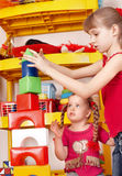 Kind, das Block und Aufbau gesetztes I. spielt. Stockbild