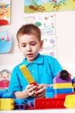 Kind, das Block- und Aufbauset spielt. Lizenzfreies Stockbild