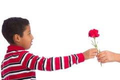 Kind, das Blume gibt Stockfoto