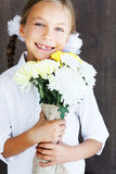Kind, das Blumen hält Stockfotografie