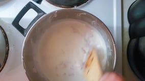 Kind, das Carbonara-Soße für Spaghettis kocht stock footage
