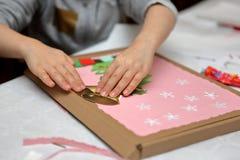 Kind, das Dekoration für Weihnachten macht Lizenzfreie Stockfotos