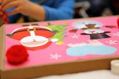 Kind, das Dekoration für Weihnachten macht Stockbilder