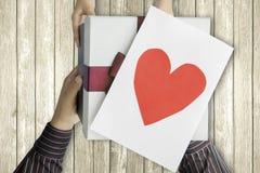 Kind, das dem Vater Geschenkbox und Karte gibt lizenzfreie stockfotografie