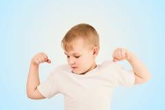 Kind, das den Muskel zeigt Lizenzfreies Stockfoto