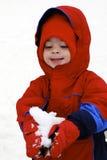 Kind, das den Schnee spielt lizenzfreie stockfotos