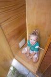Kind, das in der alten Garderobe spielt Stockfoto