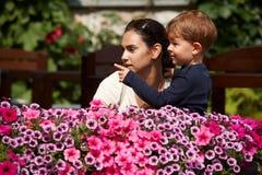 Kind, das der Mutter im Freien erklärt Stockfotos