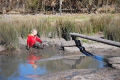 Kind, das in der Natur spielt Lizenzfreie Stockfotografie