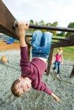 Kind, das an der Schule spielt Stockbild