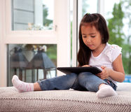 Kind, das Digital-Tablette verwendet Stockfotografie