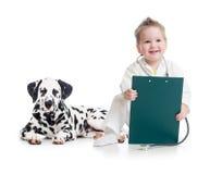 Kind, das Doktor mit Hund spielt Stockbild