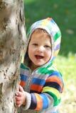 Kind, das draußen spielt Lizenzfreie Stockfotografie