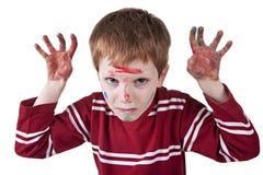 Kind, das Drohung, mit beiden Hände gemalten r simuliert Stockfotografie