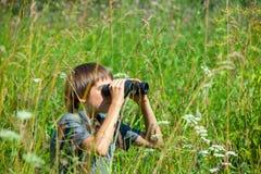 Kind, das durch Binokel schaut Lizenzfreie Stockfotos