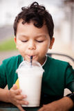Kind, das durch ein Stroh trinkt Lizenzfreies Stockfoto