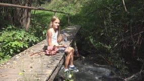 Kind, das durch Flusswasser, Kind am Kampieren in den Bergen, M?dchen in der Natur spielt stockfoto