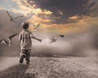 Kind, das durch Nebel zur Leuchte des neuen Tages läuft. Lizenzfreie Stockfotografie